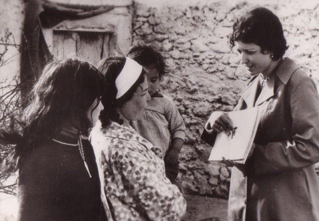 توحيدة بن الشيخ وهي تقوم بتوعية المرضى