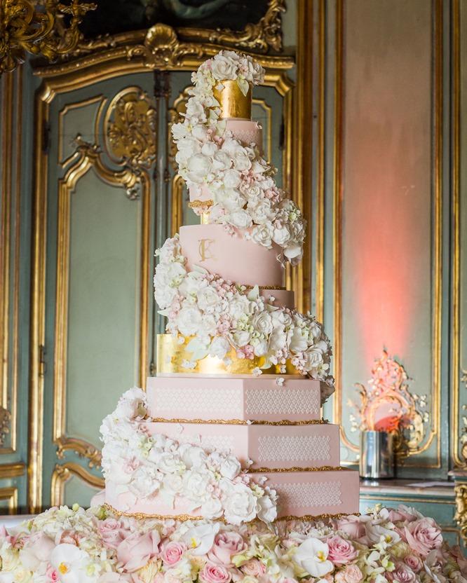 كيكات زفاف مزينة بالورود