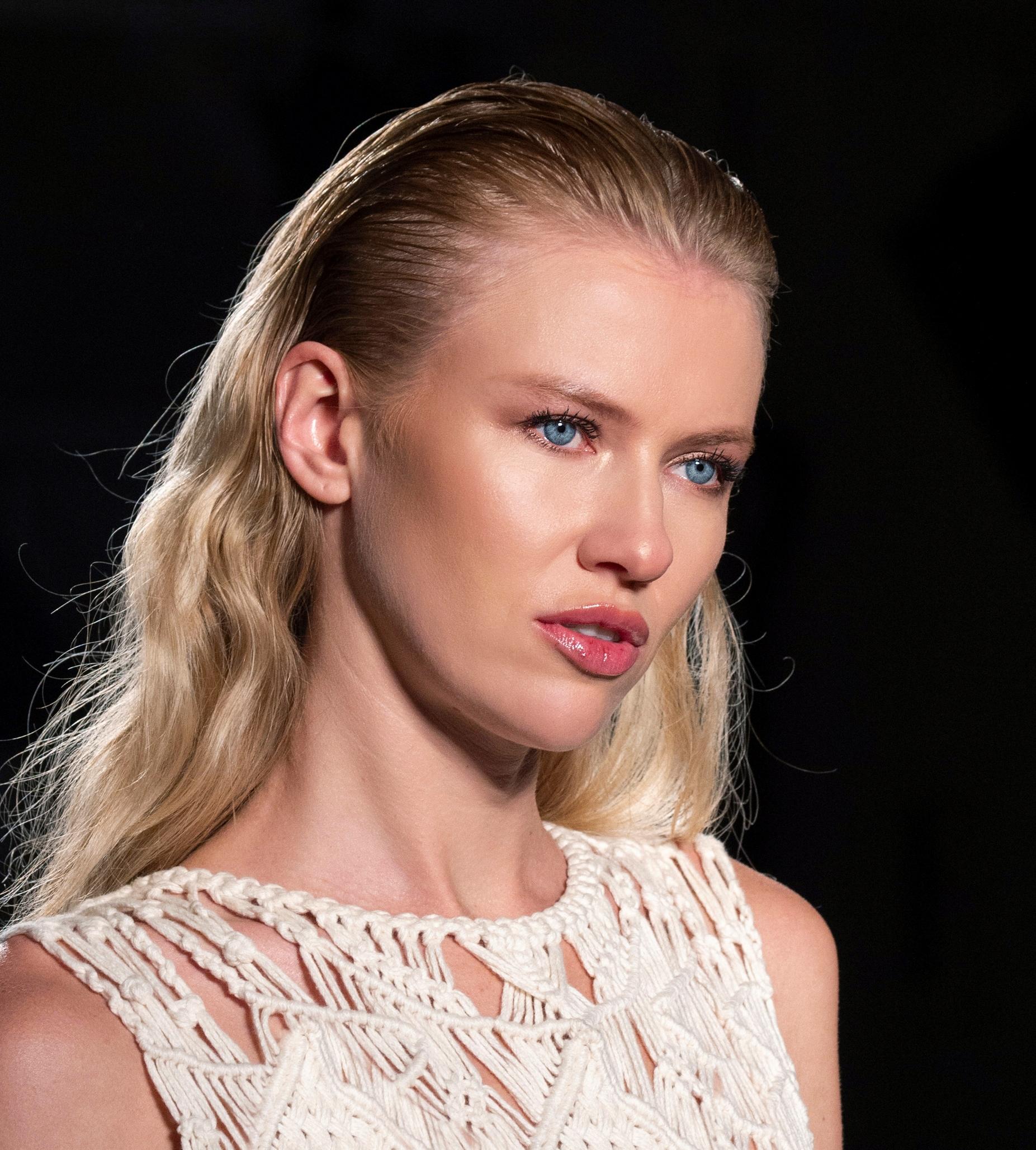 تسريحة الشعر المُبلل لإطلالة عصرية نهارية
