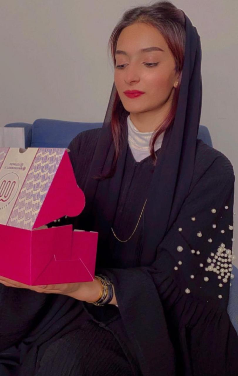 عباية سوداء مزينة باللؤلؤ من رابي محمد
