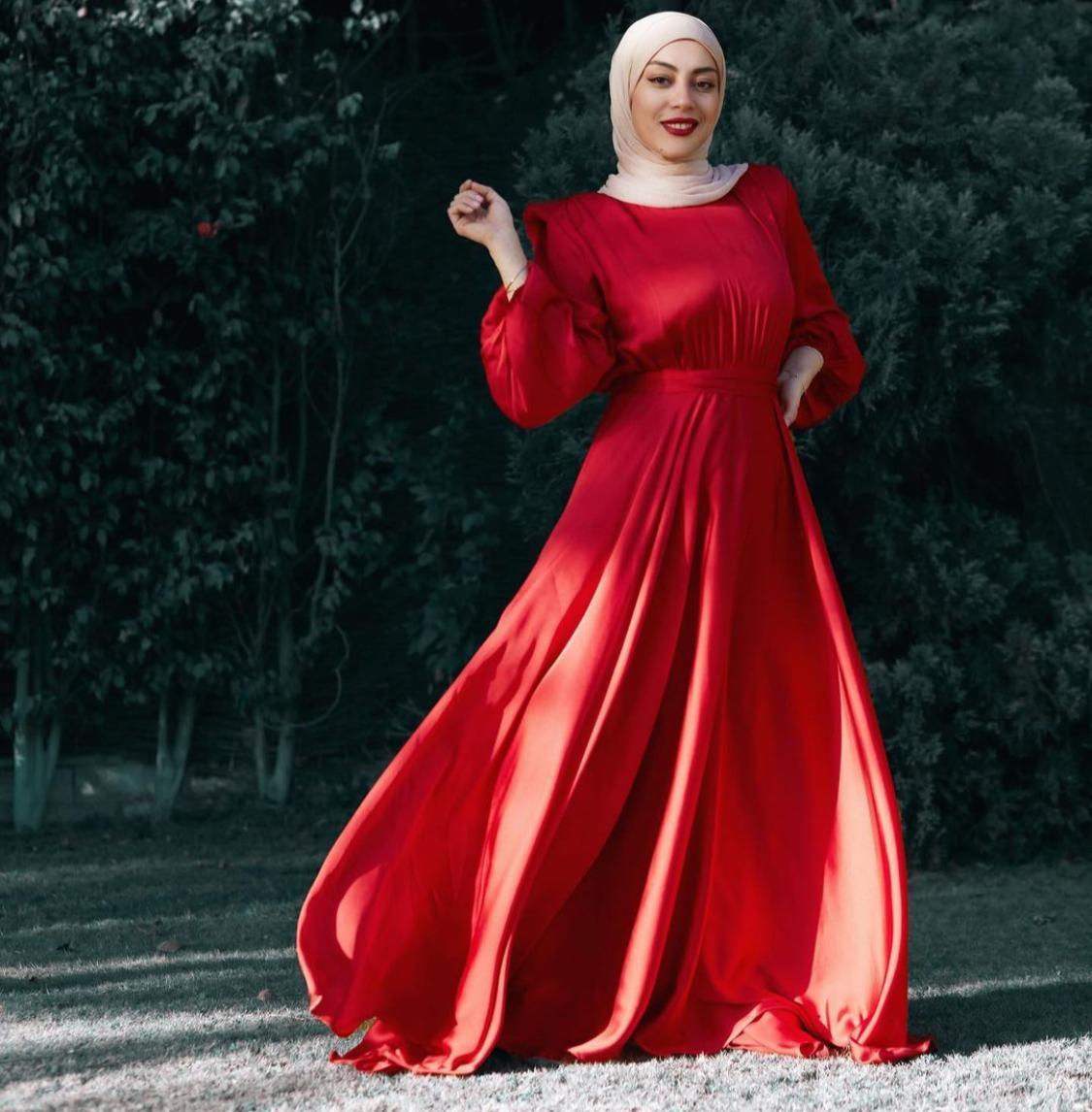 ايمان احمد بفستان احمر بخصر ضيق