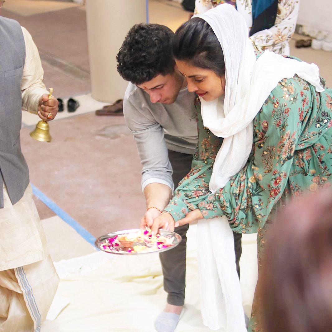 بريانكا وزوجها نيك جوناس يشاركان في حفل بوجا التقليدي في مبنى مطعمها الهندي في نيويورك-الصورة من أنستغرام