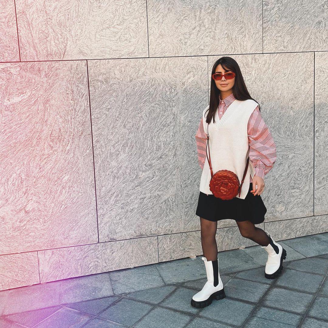 ديما ترتدي القميص من ASOS التنورة من ZARA الحذاء من VOGA CLOSET السترة من YASMINES.BOUTIQUE الحقيبة والنظارات من VALENTINO