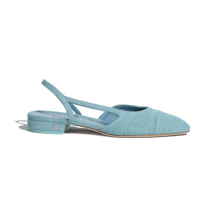 حذاء باللون الأزرق الفاتح من شانيل