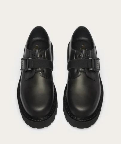 حذاء أسود من فالنتينو