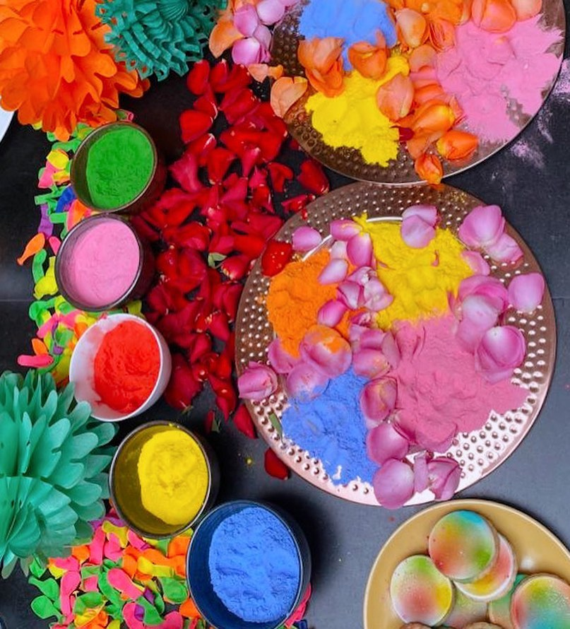 الألوان المفضلة لبريانكا في مهرجان هولي الهندي للألوان الذي احتفلت به في لندن-الصورة من أنستغرام