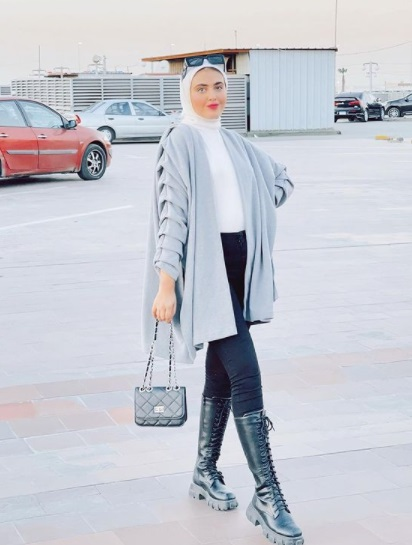 مريم حسن ببوت طويل أسود مع كارديجان واسع أوفر سايز