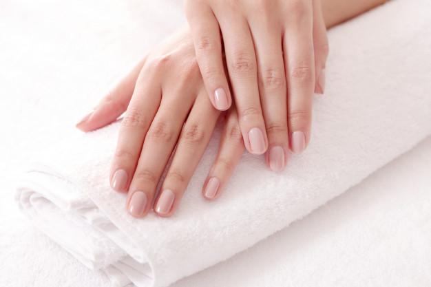 استخدام مزيلات طلاء الأظافر القاسية