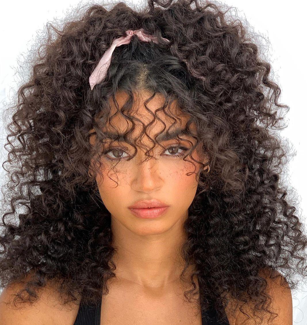 تسريحة الشعر الكيرلي نصف المرفوعة (الصورة من إنستغرام)