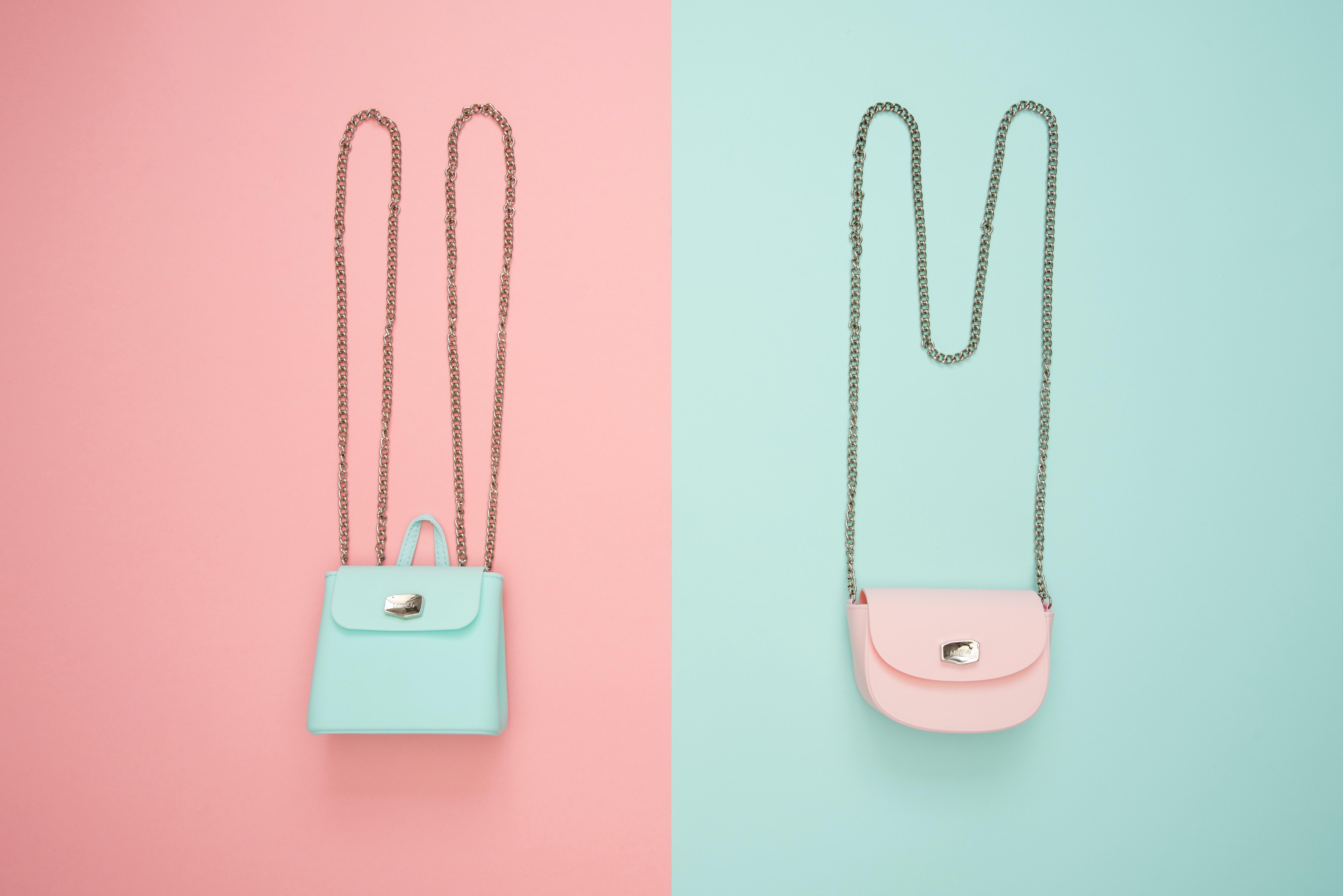 تتميز حقائب مايكرو بحجمها الصغير وألوانها الجذابة
