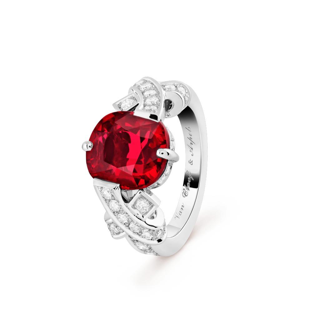 خاتم السوليتير أنترولاك من فان كليف أند آربلز Van Cleef & Arpels
