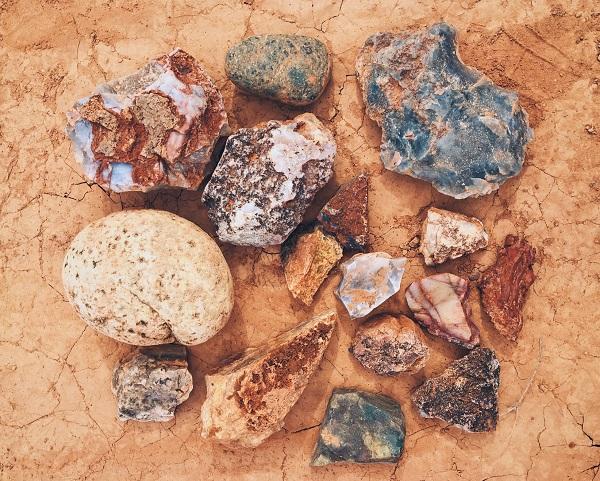 أحجار العقيق والأوبال والملكيت، بالإضافة إلى غيرها