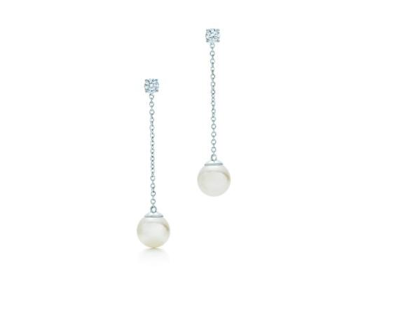 أقراط من اللؤلؤ تتدلى من سلاسل الذهب الأبيض من تيفاني أند كو Tiffany & Co.