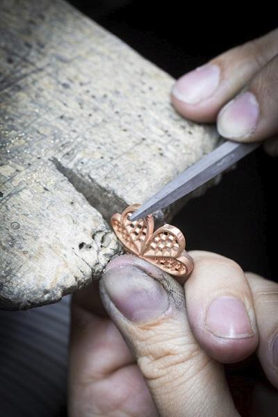 العمل اليدوي على البتلات الذهبية