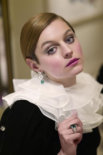 إيما كورين Emma Corrin بمجوهرات من كارتييه Cartier
