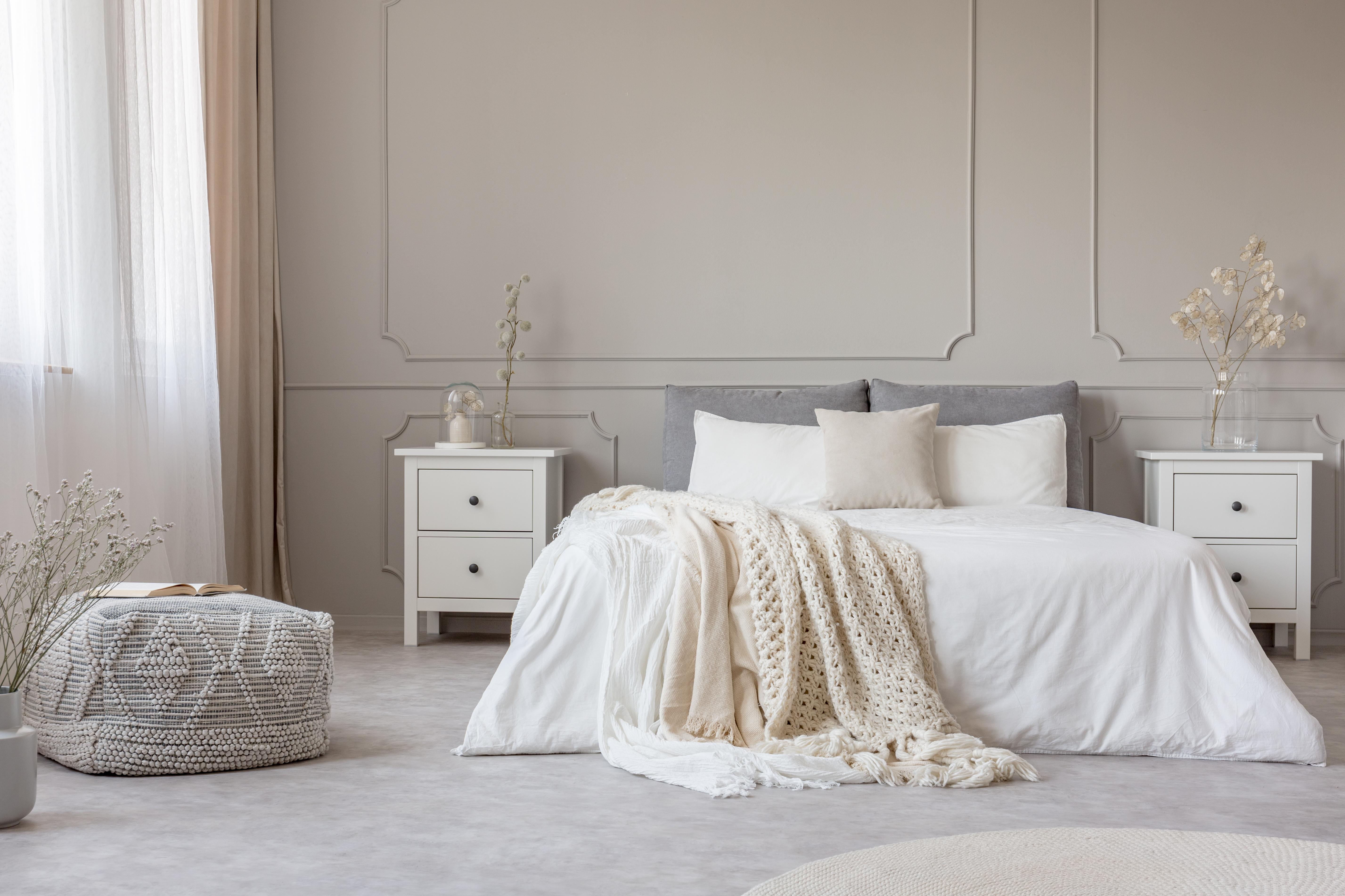 اذواق انثويه في الديكور الداخلي Chic-feminine-bedroom-interior-in-trendy-apartment-vcwurad