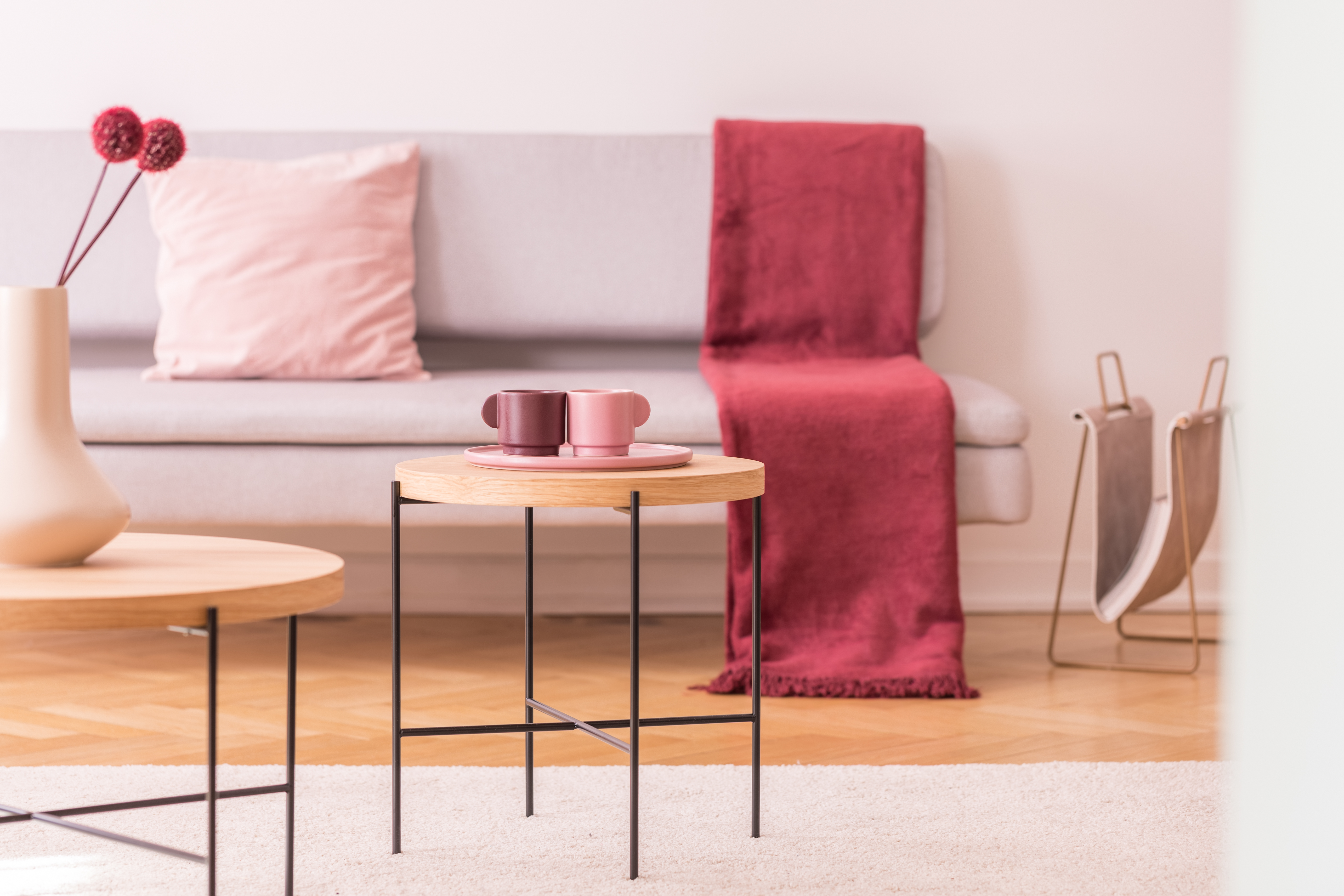 اذواق انثويه في الديكور الداخلي Flowers-and-cups-on-wooden-tables-in-living-room-i-mte4czy