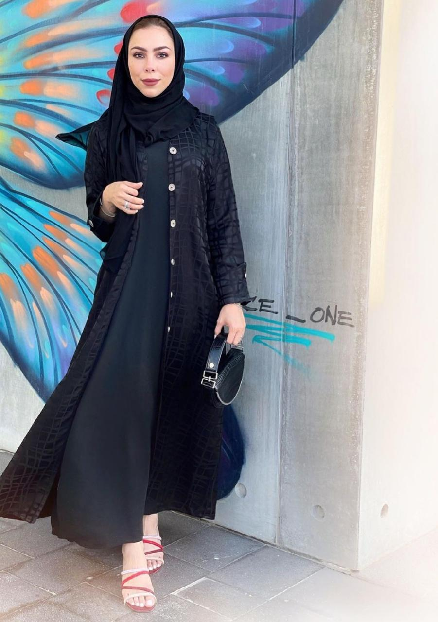 1 تسنيم ابو سيدو بعباية سوداء بازرار -الصورة من حسابها على الانستغرام