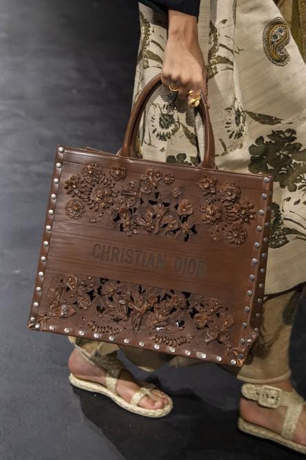 حقيبة تشبه الصندوق من ديور