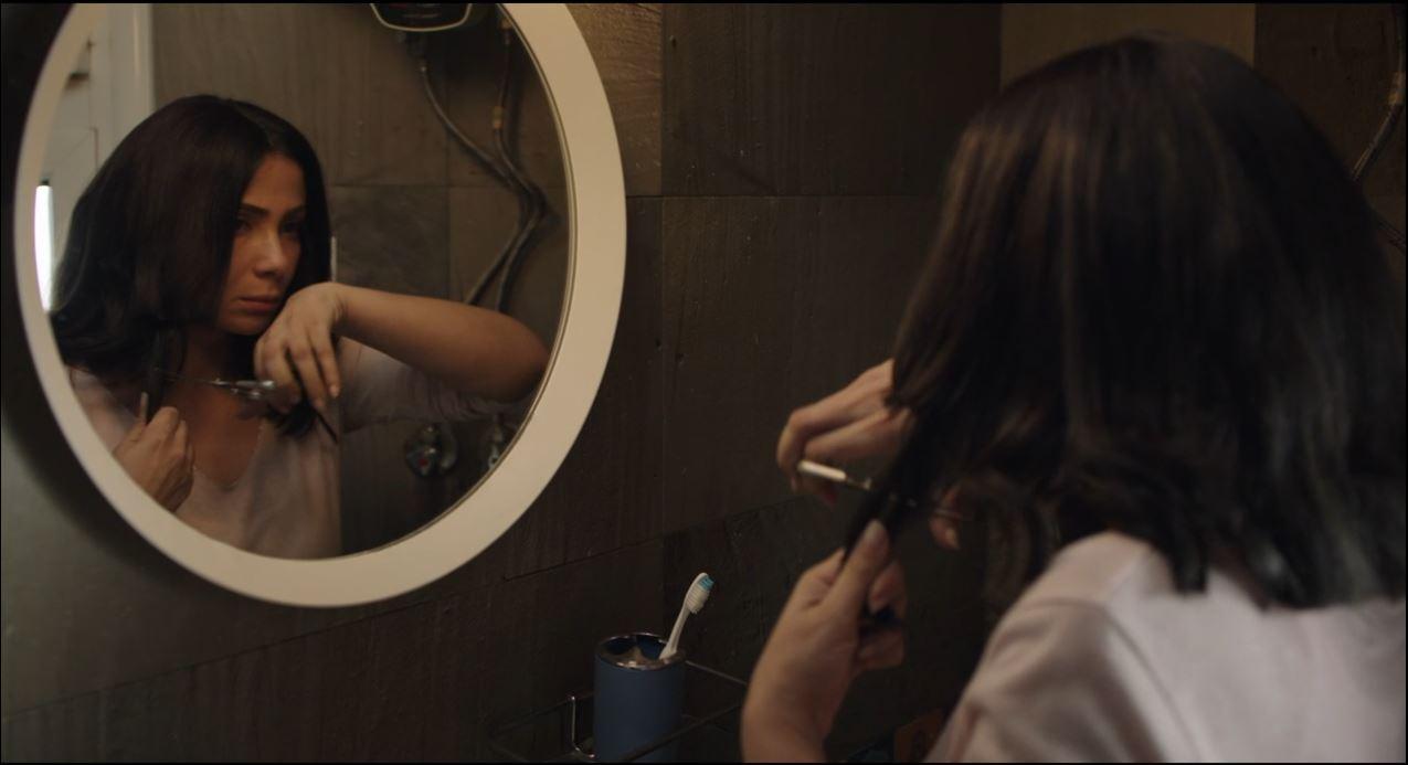 منى زكي تقص شعرها