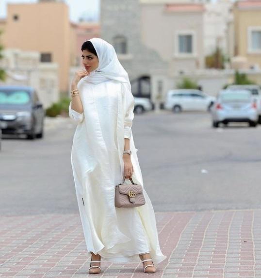عباية بيضاء من شهد الزهراني - الصورة من حسابها على إنستقرام-صورة