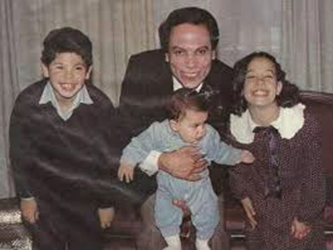 عادل إمام مع أبنائه وهم صغار