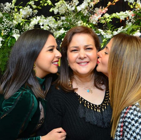دنيا وإيمي ووالدتهما دلال عبد العزيز