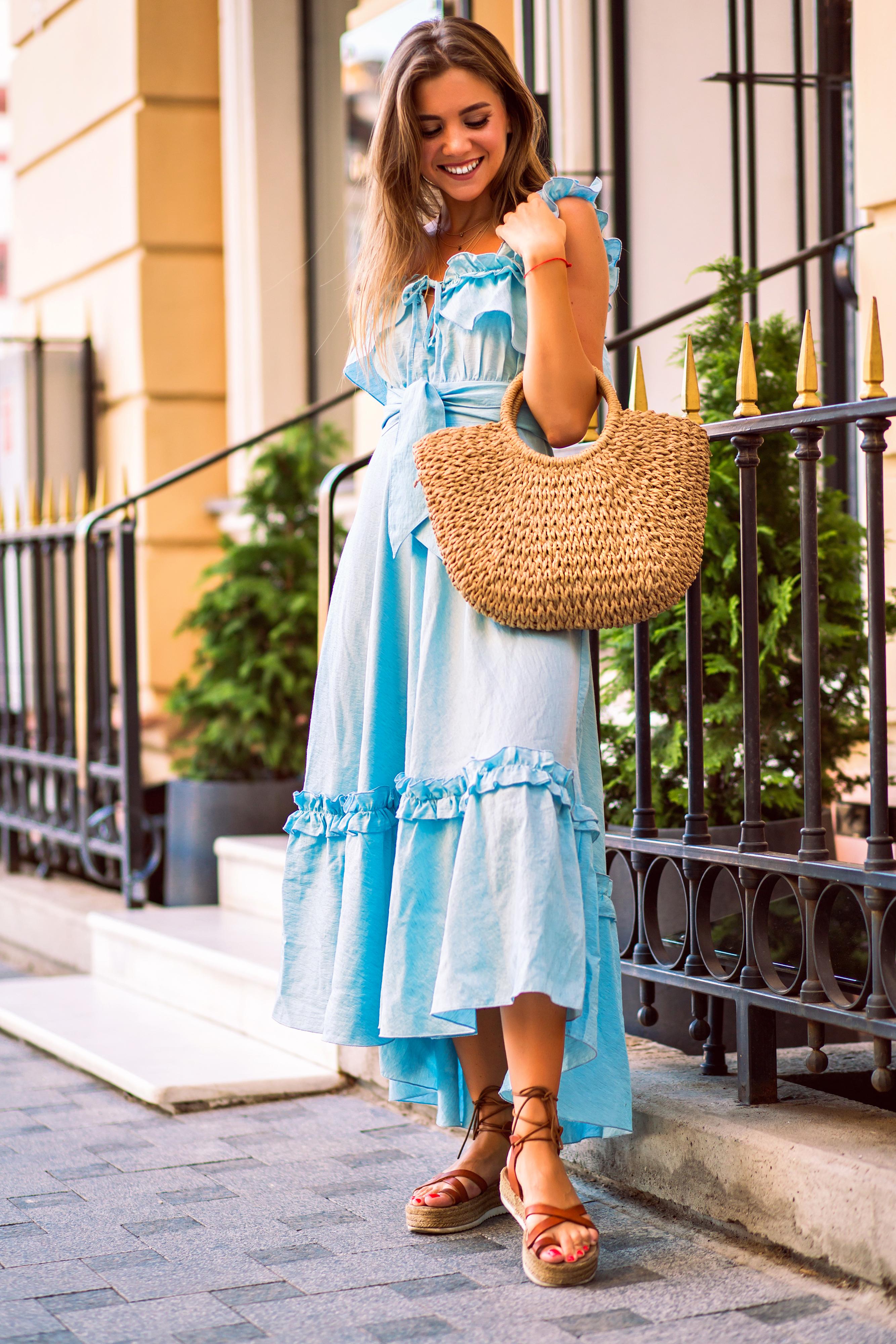فستان كشكش منسدل بلون فاتح مناسب للأجواء الصيفية- مصدر الصورة موقع إنفاتو