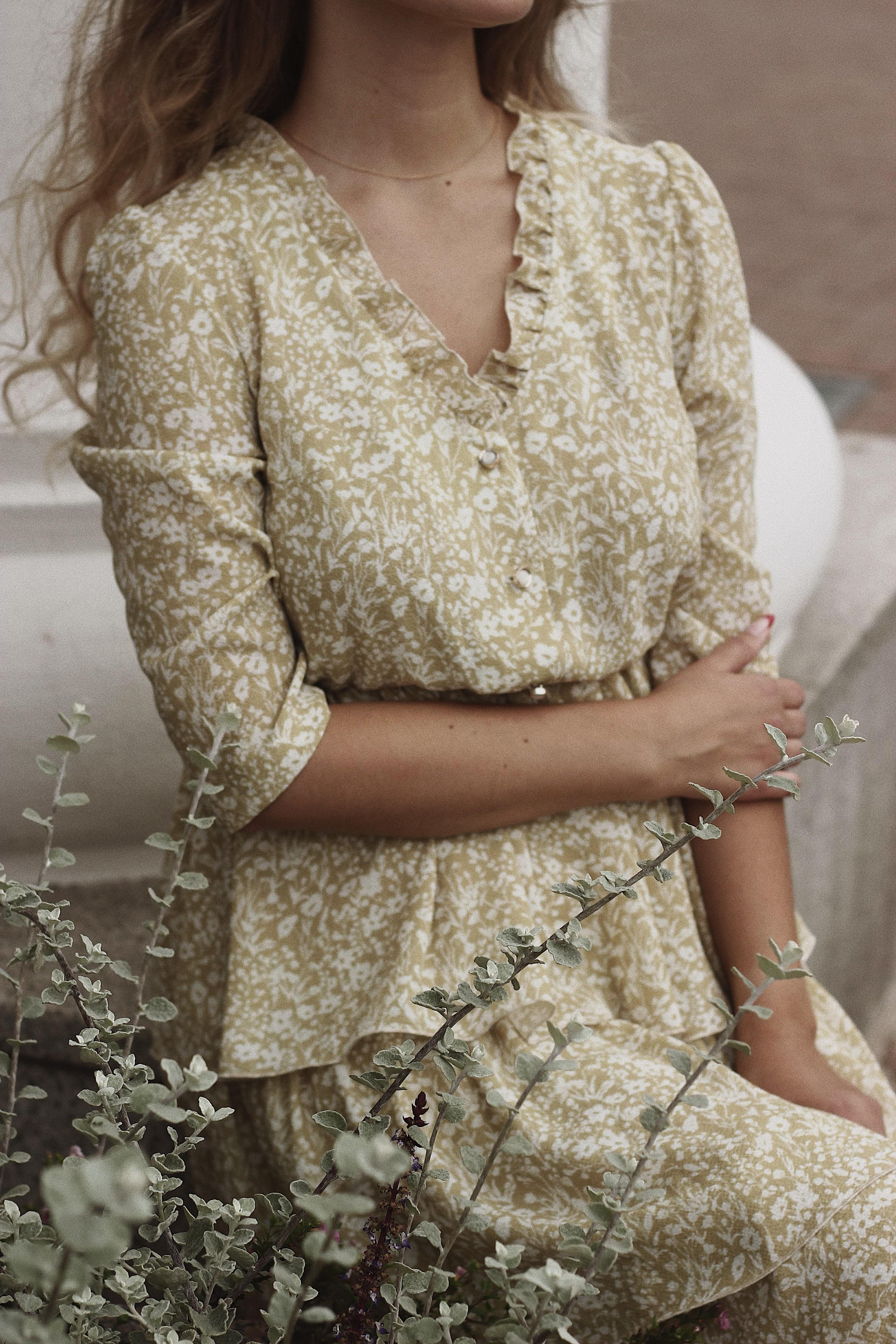 فستان مطبع بصيحة الكشكش يناسب إطلالتك النهارية- مصدر الصور موقع بيكسيلز