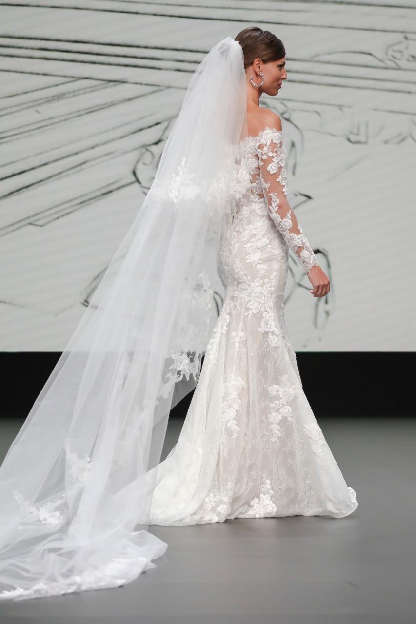 طرحة فستان زفاف طويلة من House of st Patrick