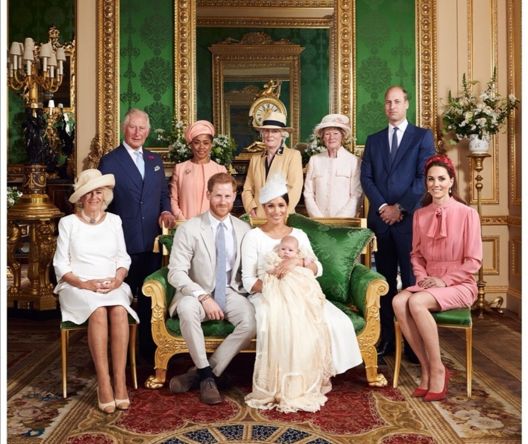 هاري وميغانتحمل الرضيع آرتشي مع باقي أفراد العائلة المالكة-الصورة من حساب رويال ساسكس على إنستغرام