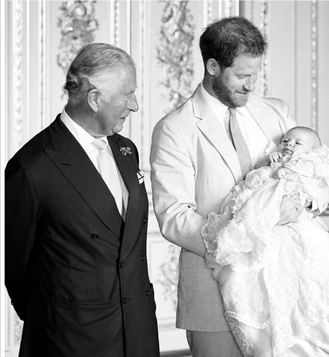 هاري يحمل آرتشي وبجانبه الأمير تشارلز-الصورة من حساب رويال ساسكس على إنستغرام