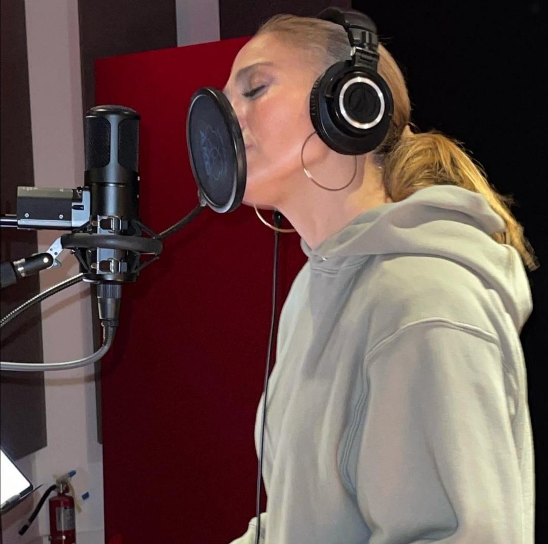 جينيفر لوبيز مندمجة فى الغناء بالأستوديو- الصورة من حساب جينيفر لوبيز على إنستغرام