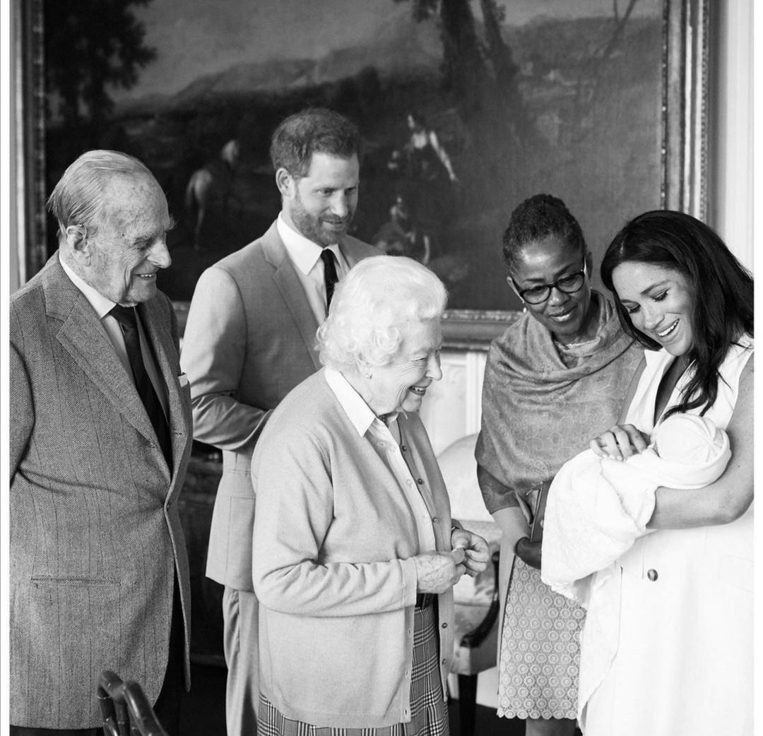 الملكة إليزابيث تنظر لـآرتشي ويظهر في الصورة دوريا والدة ميغان-الصورة من حساب رويال ساسكس على إنستغرام