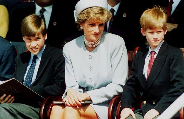 الأميرة ديانا تتوسط ابنيها هاري وويليام- الصورة من موقع ميرور
