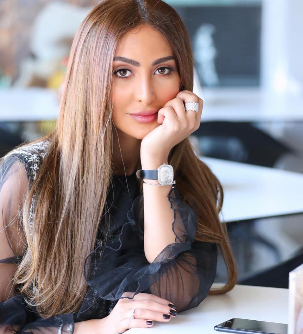 نور الغندور بالشعر المتساوي مع فرق الشعر من المنتصف -الصورة من حسابها على الانستغرام