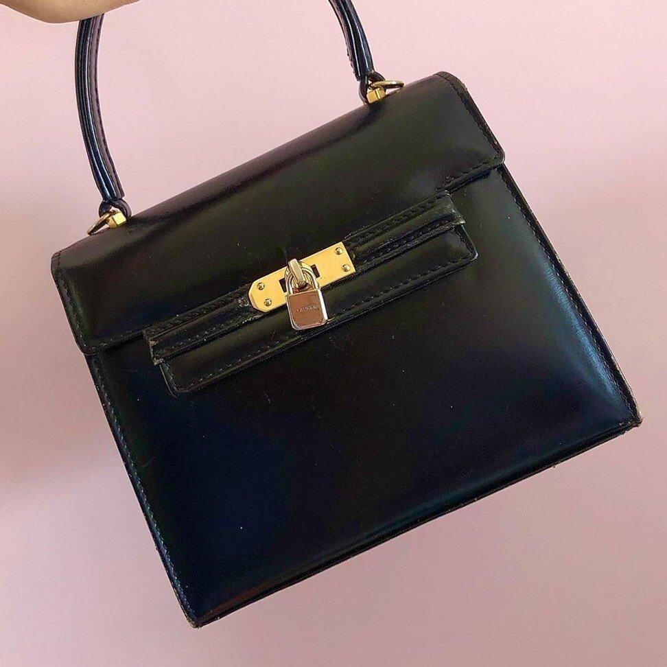 حقيبة يد من الجلد الأسود الملكي- الصورة من موقع scmp