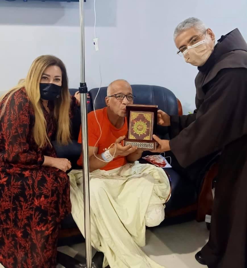 شريف دسوقي يقبّل المصحف