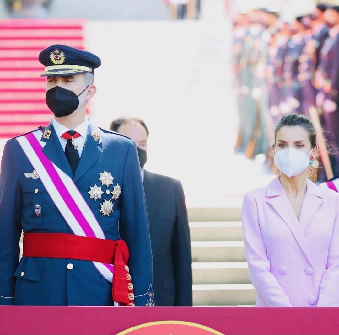 الملك «فيليب» والملكة «ليتيزيا» في احتفالات يوم القوات المسلحة 2021 - الصورة من حساب البيت الملكي الإسباني على إنستغرام-