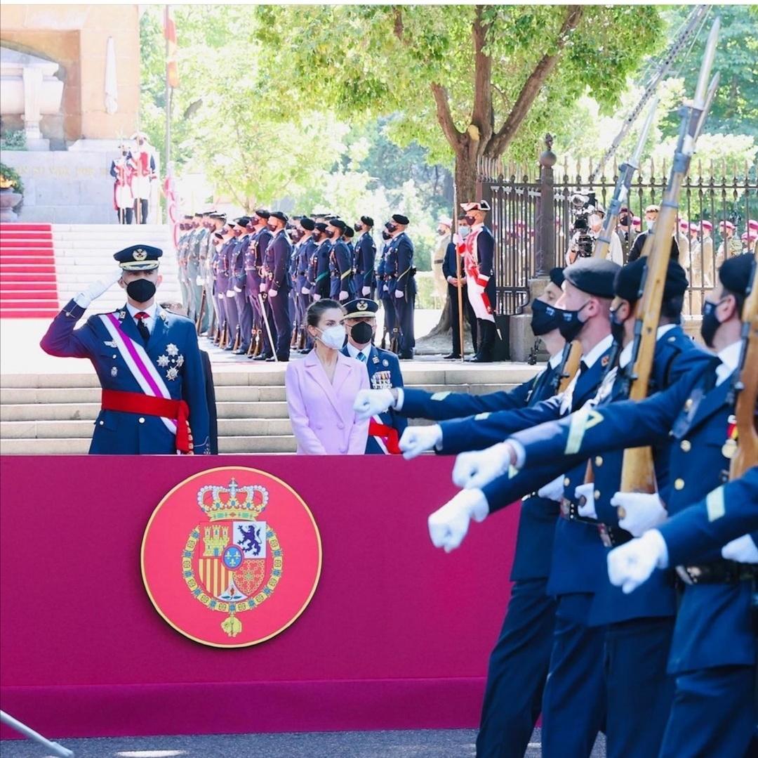 الملك «فيليب» يؤدي السلام العسكري - الصورة من حساب البيت الملكي الإسباني على إنستغرام.jpg