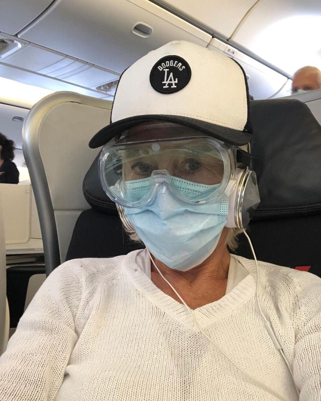 هيلين ميرين بالطائرة ترتدي كمامة ونظارة كبيرة للوقاية من فيروس كورونا-الصورة من حسابها في إنستغرام