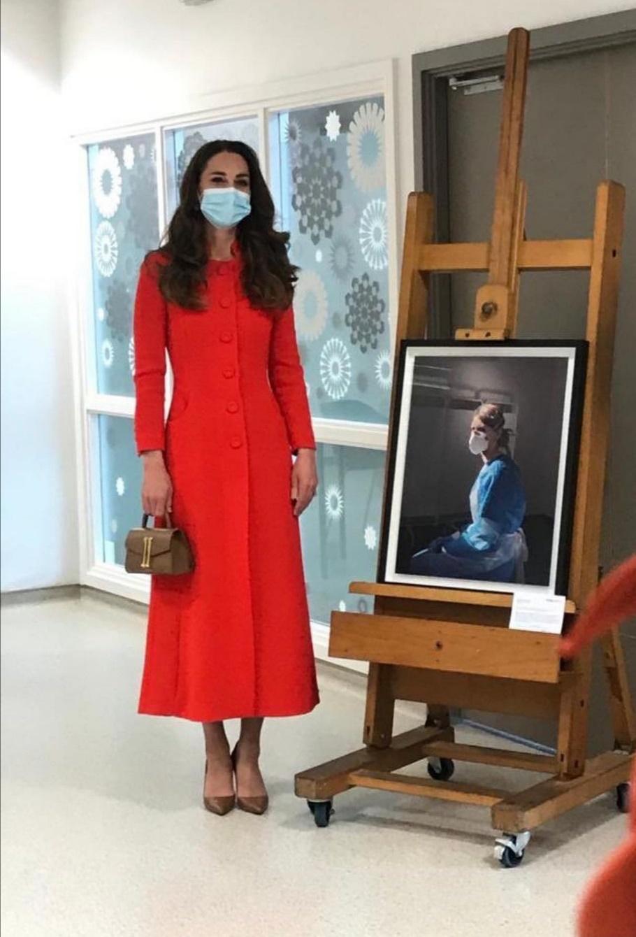 كيت ميدلتون بجانب صورة الممرضة ميلاني- الصورة من حساب دوق ودوقة كامبريدج على إنستغرام