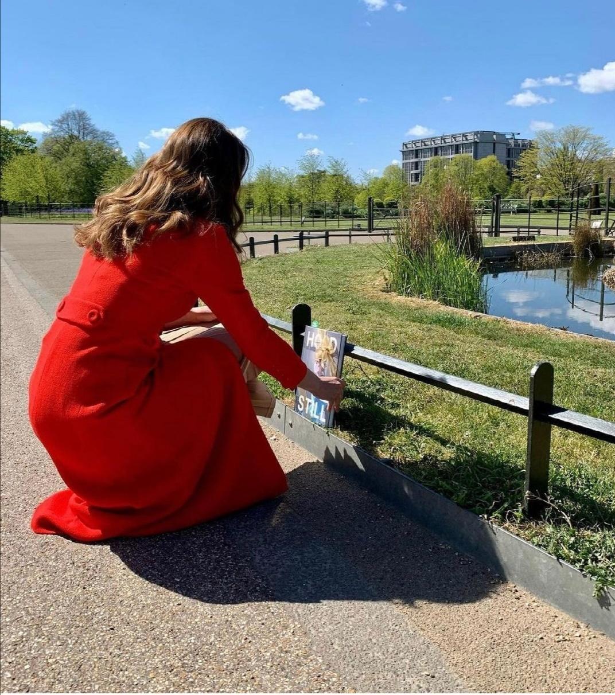 كيت ميدلتون تضع الكتاب وسط حدائق منزلها- الصورة من حساب دوق ودوقة كامبريدج على إنستغرام