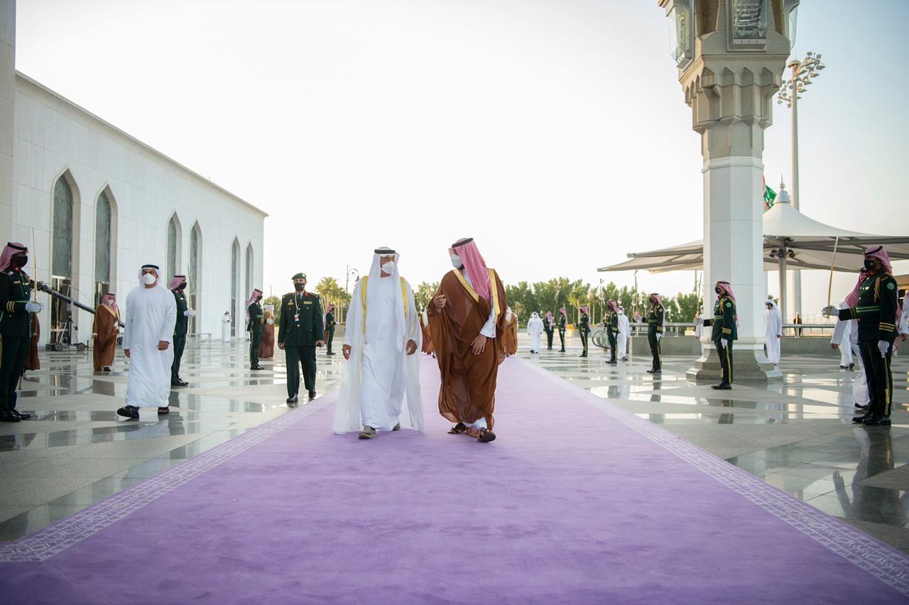 خلال استقبال الأمير محمد بن سلمان للشيخ محمد بن زايد على السجاد البنفسجي