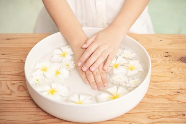 اغسلي اليدين قبل وضع المناكير