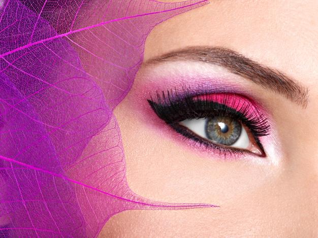 مكياج عيون باللون الزهري