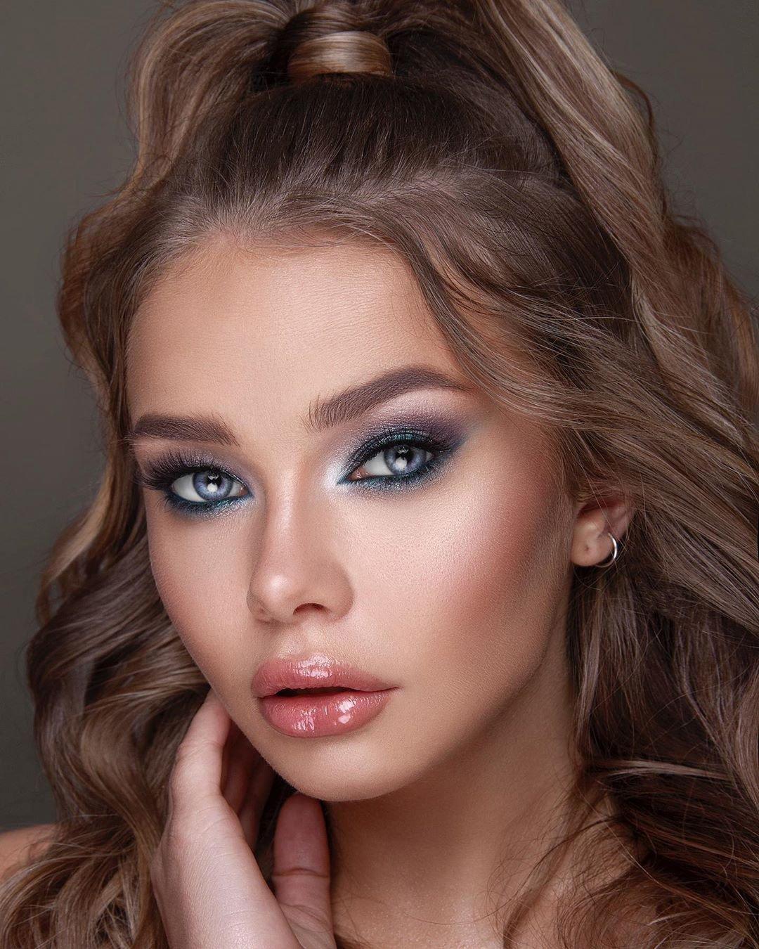 مكياج عيون باللون الأزرق الفاتح(الصورة من حساب خبيرة المكياج فاليريا على إنستغرام)