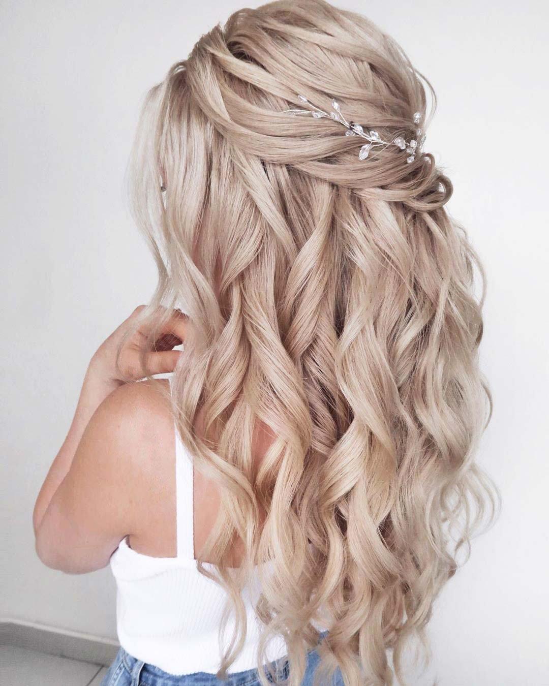تسريحة الشعر الويفي نصف المرفوع(الصورة من حساب خبيرة الجمال مارينا بوبدينسكايا على pinterest)