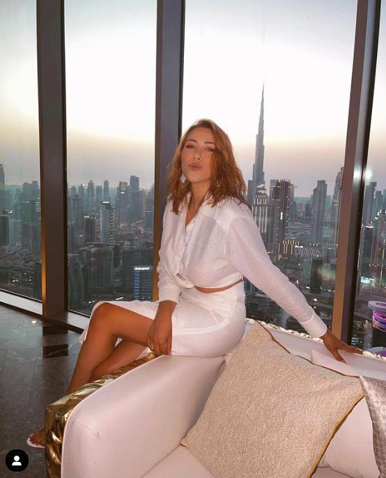دانييلا رحمة ترتدي تنورة وقميصاً أبيض