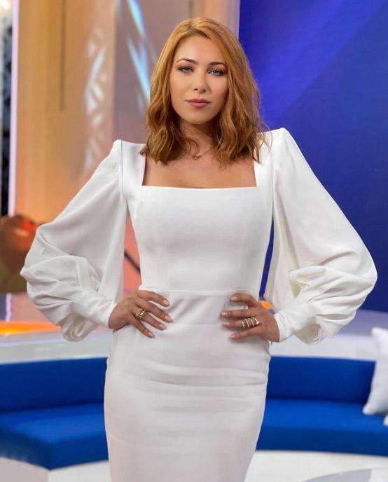 دانييلا في فستان ابيض